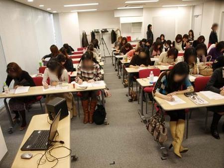 11美人になる方法お勉強会東京アンケート記入中.jpg