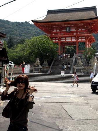 1 京都清水寺門とワタナベ.jpg