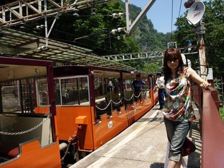1 富山 トロッコの前のワタナベ.jpg