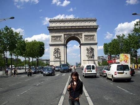 1フランス凱旋門の前で.jpg