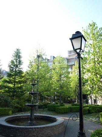 1紫山 ロイヤルホテル中庭.jpg