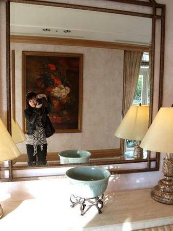 1紫山 ロイヤルホテル廊下鏡越し.jpg