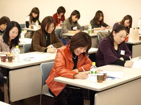 2 福岡 一生懸命書き留めています.jpg