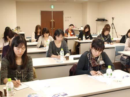 2 福岡 真剣に書き留めています.jpg