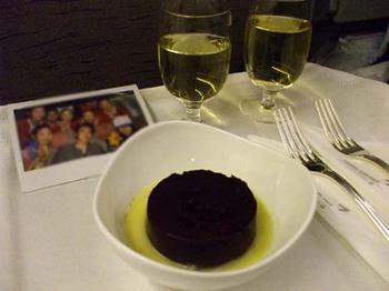 飛行機内でのお祝いケーキ.jpg