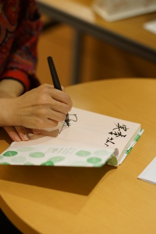 サイン会サイン中.jpg