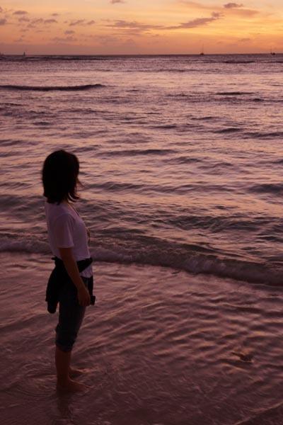 ハワイ 海を見つめる.jpg