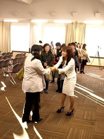 大阪 お別れのとき 握手.jpg