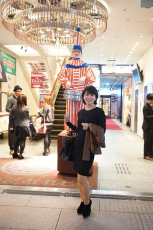 大阪 食い倒れ太郎の前で.jpg