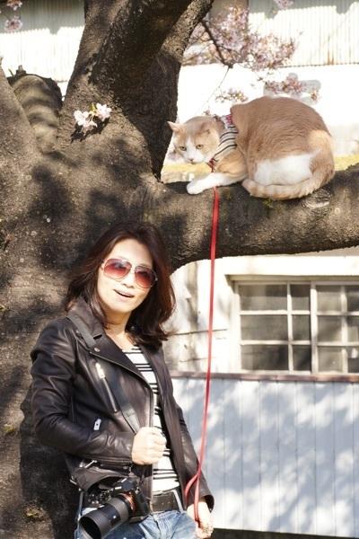 桜・ワタナベとマイケル木の前で.jpg