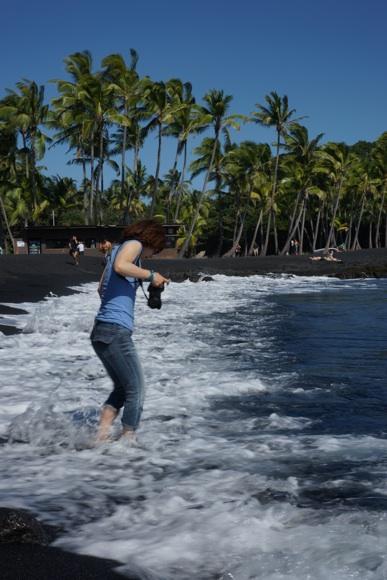 波と戯れるワタナベ.jpg